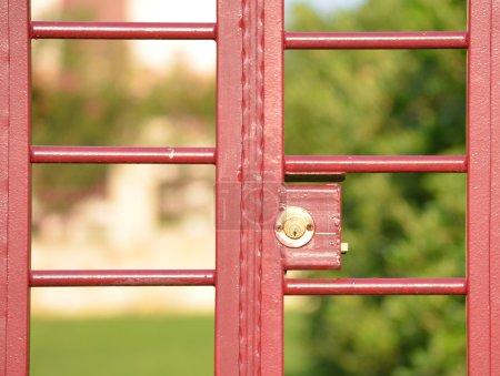 Photo pour Porte rouge dans la Cour avec la serrure - image libre de droit
