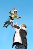 Létající dítě po obloze v zimě oblečení