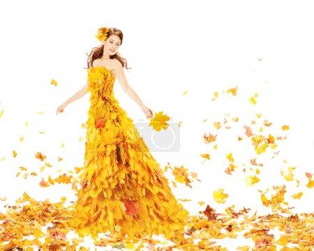 Photo pour Femme d'automne en robe de mode de feuilles d'érable jaune tenant feuille de bouquet - image libre de droit