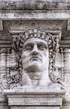 Photo pour Une statue en relief de la tête de l'empereur Néron sur l'entrée du parc qui contient les ruines de son palais doré à domus aurea à Rome . - image libre de droit