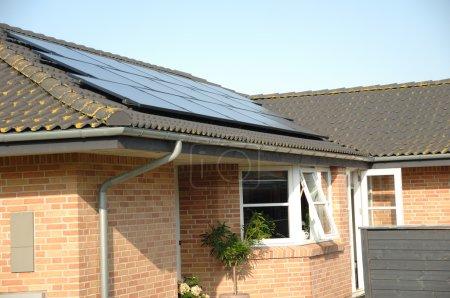 Foto de Paneles solares sobre el techo - Imagen libre de derechos