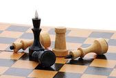 šachovnice s několika figurami