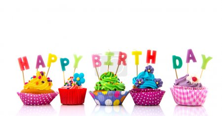 Photo pour Cupcakes colorés avec des bougies d'anniversaire heureux isolés sur fond blanc - image libre de droit