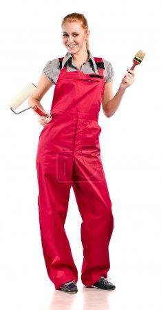 Foto de Mujer joven en overoles rojos con herramientas de pintura, aisladas en blanco - Imagen libre de derechos