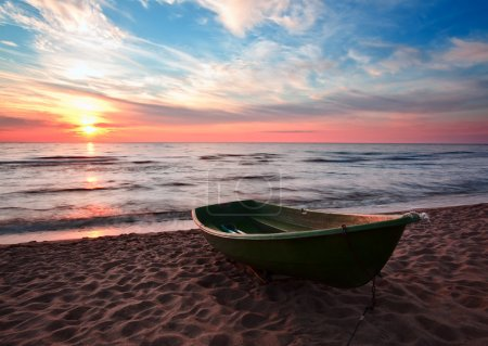 Photo pour Coucher de soleil.Bateau sur la côte. HDR.Longue exposition . - image libre de droit