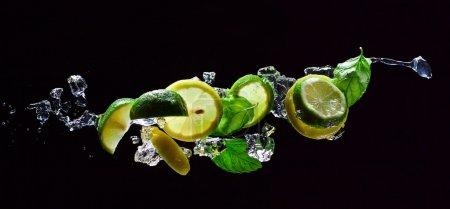 Photo pour Morceaux de citron vert et citron avec des feuilles de menthe - image libre de droit