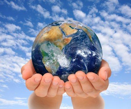Photo pour Mains de femme tenant globe, Afrique et Proche-Orient. Image de la Terre gracieuseté de NASA - image libre de droit