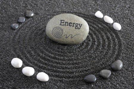 Photo pour Jardin zen dans le sable avec pierre d'énergie - image libre de droit