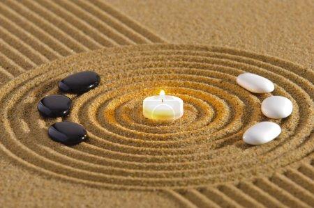Photo pour Jardin zen avec chandelles et pierres du yin et du yang - image libre de droit