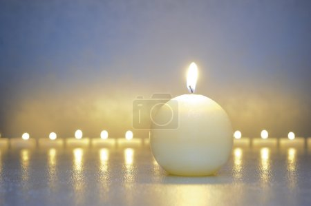 Photo pour Méditation zen avec des lumières de calme et de la bougie - image libre de droit