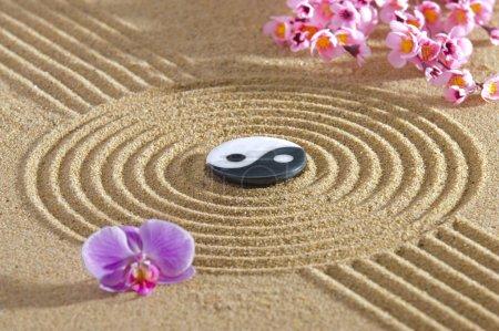 Photo pour Japon jardin zen de méditation avec la structure dans le sable et la pierre - image libre de droit