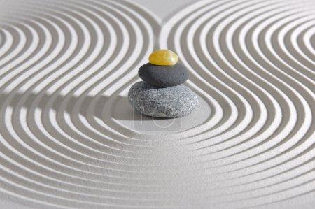 Photo pour Jardin zen japonais avec des pierres empilées dans le sable - image libre de droit