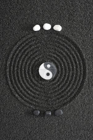Photo pour Jardin zen japonais avec Pierre yin et yang - image libre de droit