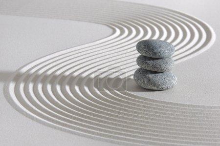 Photo pour Jardin japonais ZEN avec pierres empilées dans du sable râpé - image libre de droit