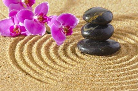 Photo pour Jardin zen japonais dans le sable avec des pierres empilées et fleur d'orchidée - image libre de droit