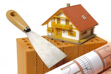 Photo pour Immeuble de maison avec brique, plan et maison modèle - image libre de droit