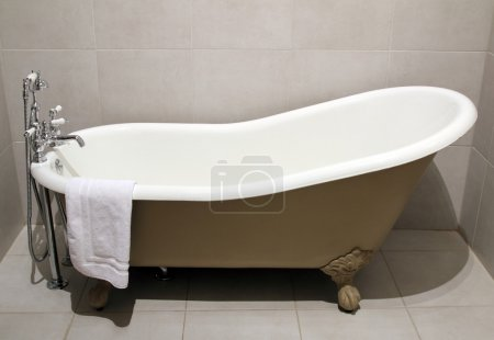 Old style bath tub