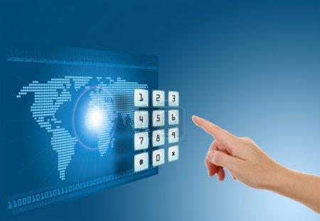 Photo pour Main poussant bouton d'écran tactile avec un fond bleu avec carte - image libre de droit