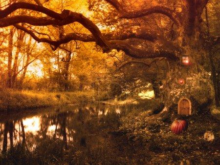 Foto de Cuento de hadas con casa de elfo y calabaza, conejo y luces en el bosque, película de fantasía - Imagen libre de derechos