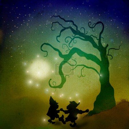 Foto de Enanos bailan la noche de halloween al lado de una calabaza grande - Imagen libre de derechos