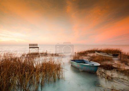 Foto de Lago Balaton. esta foto hace en Hungría con bote y reed con larga exposición. - Imagen libre de derechos