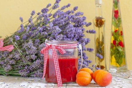 Foto de Bodegón con mermelada, frutas albaricoque y lavanda, colores del verano - Imagen libre de derechos