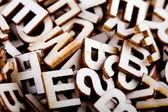Neuspořádané dřevěné písmena zblízka