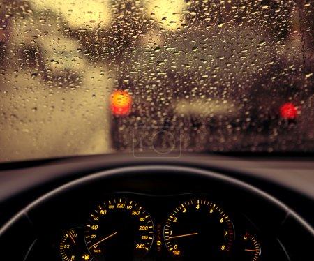 Photo pour Gouttelettes de pluie sur le pare-brise de la voiture, circulation bloquée - image libre de droit