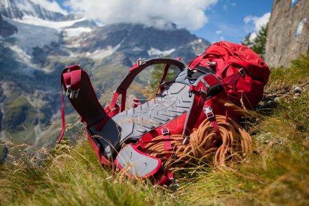Photo pour Rouge randonnée sac à dos dans l'environnement alpin - image libre de droit