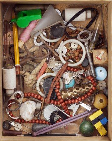 Photo pour Divers objets en vieux bois tiroir - détail - image libre de droit