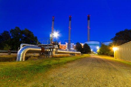 Photo pour Cheminées de la centrale électrique en Suède pendant la nuit - image libre de droit