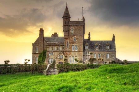 Photo pour Classiebawn Castle on Mullaghmore Head at sunset in Co. Sligo, Irlande - image libre de droit