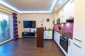 Moderní bílá obývací pokoj s kuchyní