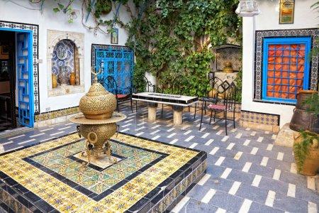 Photo pour La Cour traditionnelle à sidi bou Saïd, tunis, Tunisie - image libre de droit