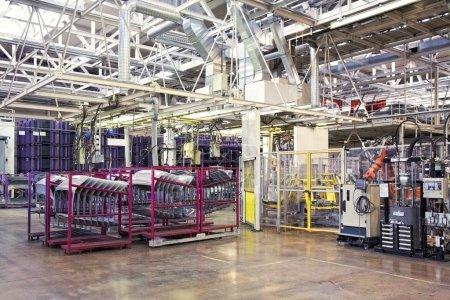 Photo pour Bras robotiques dans une usine automobile - image libre de droit