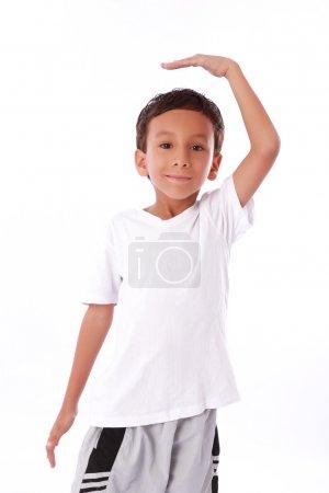 Photo pour Prendre des mesures de croissance de l'enfant et regarder en haut - image libre de droit
