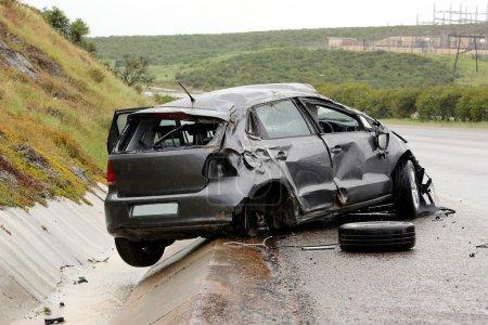 Photo pour Voiture moderne coincé sur la route après avoir roulé par temps humide - image libre de droit