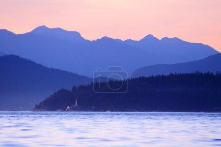 Photo pour Beau lac tranquille entouré de montagnes - image libre de droit