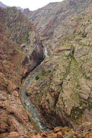 Photo pour Voir le retrait du haut du canyon de royal gorge, kayakistes dans le ruisseau de montagne - image libre de droit