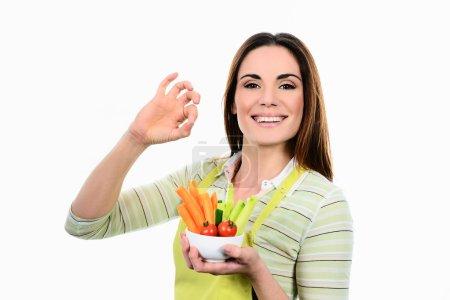 Foto de Mujer joven de cocina. alimentos saludables - ensalada de verduras. dieta. concepto de dieta. estilo de vida saludable. cocinar en casa. preparar la comida - Imagen libre de derechos