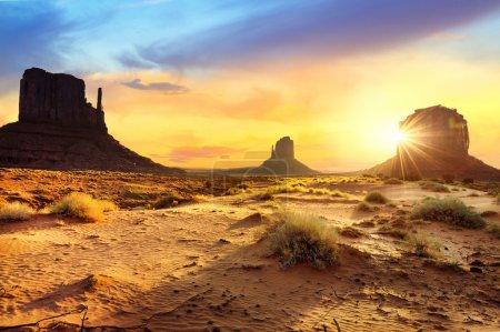 Photo pour Coucher de soleil chez les sœurs à Monument Valley, USA - image libre de droit
