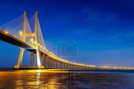 Photo pour Le pont Vasco da Gama est le plus grand pont d'Europe sur le Tage - image libre de droit