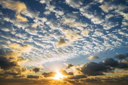 Photo pour Lever du soleil avec les rayons du soleil et de nuages - image libre de droit