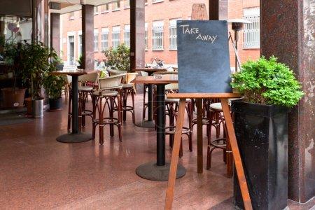 Photo pour Restaurant vide avec Take Away seulement pendant la quarantaine du Coronavirus Covid 19 en Europe. Espace de reproduction - image libre de droit