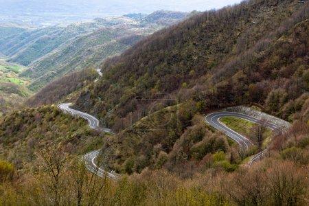 Photo pour Longue route à travers le paysage de montagnes d'Italie. Découvre d'en haut - image libre de droit