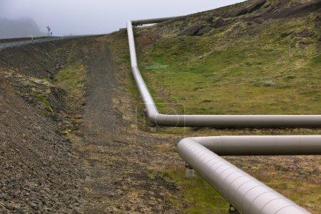 Photo pour Tuyaux industriels dans une centrale géothermique en Islande. Plan horizontal - image libre de droit