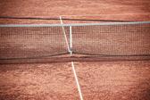 Prázdné antukový tenisový kurt a net
