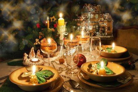 Photo pour Table de Noël avec bougies avec ambiance de Noël - image libre de droit