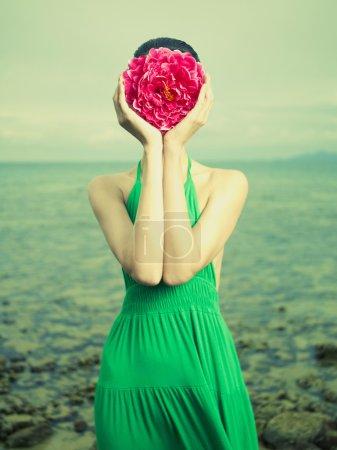 Photo pour Portrait surréaliste d'une femme avec une fleur au lieu d'un visage - image libre de droit