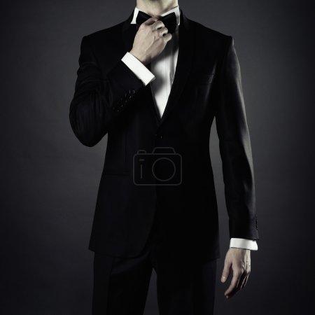 Photo pour Photo de l'homme élégant en costume noir élégant - image libre de droit